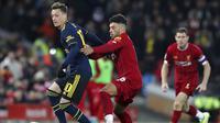 Gelandang Liverpool, Alex Oxlade-Chamberlain, berebut bola dengan gelandang Arsenal, Mesut Ozil, pada laga Piala Liga Inggris 2019 di Stadion Anfield, Rabu (30/10). Liverpool menang adu penalti atas Arsenal dengan skor 5-4. (AP/Jon Super)