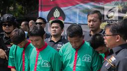 Empat tersangka dihadirkan saat rilis kasus pengungkapan narkotika jaringan Internasional Malaysia-Indonesia di Polres Jakarta Barat, Selasa (16/7/2019). Sejumlah barang barang bukti diantaranya 30 paket besar jenis sabu denga berat Brutto 30.000 Gram berhasil diamankan. (Liputan6.com/Faizal Fanani)