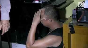 Seorang polisi gadungan ditangkap dan hampir dipukuli massa di daerah Palmerah, Jakarta Barat.