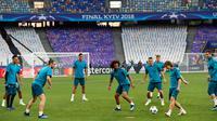 Pemain Real Madrid, Luka Modric mengoper bola selama sesi latihan menjelang final Liga Champions di NSC Olimpiyskiy Stadium, Kiev, Jumat (25/5). Final Liga Champions akan mempertemukan Real Madrid melawan wakil Inggris, Liverpool.  (AP/Pavel Golovkin)