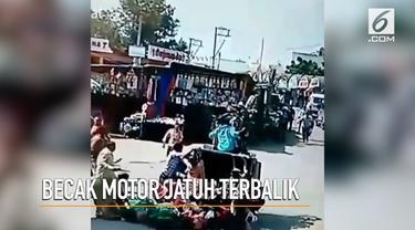 Mengangkut banyak penumpang, becak motor di India jatuh terbalik.