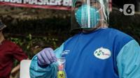 Petugas kesehatan menunjukkan tes usap (swab test) antigen dan PCR gratis di Terowongan Kendal, Menteng, Jakarta, Kamis (2/9/2021). Program yang dinamakan Seruling (swab seru keliling) dari Puskesmas Kecamatan Menteng tersebut dilaksanakan setiap Selasa, Kamis, dan Jumat. (Liputan6.com/Johan Tallo)