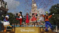 Direktur Pengelola Disneyland Hong Kong Stephanie Young (tengah) saat upacara pembukaan kembali Disneyland Hong Kong di Disneyland Hong Kong, Kamis (18/6/2020). Disneyland Hong Kong kembali beroperasi pada 18 Juni 2020 dengan menerapkan sejumlah protokol kesehatan baru. (AP Photo/Kin Cheung)
