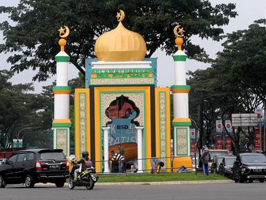 Dekorasi bernuansa Ramadan dan Hari Raya Idul Fitri terlihat di Jalan Raya BSD, Tangerang Selatan, Banten, Kamis (16/5/2019). Selain mempercantik sudut kota, pembuatan dekorasi tersebut juga untuk memeriahkan bulan suci Ramadan sekaligus menyambut Hari Raya Idul Fitri. (merdeka.com/Arie Basuki)