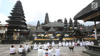 Sejumlah umat Hindu melakukan sembahyang di komplek Pura Besakih, Rendang, Bali, Minggu (3/12). Komplek Pura Besakih yang masuk dalam zona Kawasan Rawan Bencana (KRB) 3 terlihat sepi dari aktivitas ibadah serta wisatawan. (Liputan6.com/Immanuel Antonius)