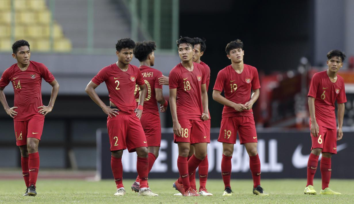 Pemain Timnas Indonesia U-19 tampak kecewa usai kalah melawan Timnas Iran U-19 pada laga uji coba di Stadion Patriot Chandrabhaga, Bekasi, Sabtu (7/9). Indonesia kalah 2-4 atas Iran. (Bola.com/Yoppy Renato)