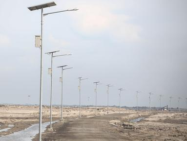 Lampu-lampu jalan dengan tenaga matahari terpasang di Proyek Reklamasi Pulau C dan D di Jakarta, Rabu (4/5/2016). Pulau C dan D merupakan hasil reklamasi, satu dari 17 pulau reklamasi di Teluk Jakarta. (Liputan6.com/Faizal Fanani)