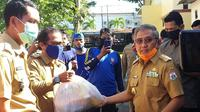 Gubernur Sulbar Ali Baal Masdar saat membagikan sembako kepada warga di 7 kelurahan di Mamuju