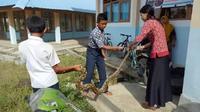 Aksi guru cantik tangkap ular Piton dengan tangan kosong (Fauzan/Liputan6.com)