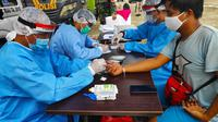 Soerang Pekanbaru mengikuti rapid tes di kawasan MTQ Pekanbaru. (Liputan6.com/M Syukur)