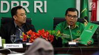 Wakil Sekjen PPP Achmad Baidowi (kanan) bersama M. Iqbal (tengah) saat memberi penjelasan mengenai Workshop Nasional DPRD F-PPP se-Indonesia di Jakarta, Jumat (11/5). Workshop akan dihadiri 1.200 anggota dewan dari 34 DPW PPP. (Liputan6.com/JohanTallo)