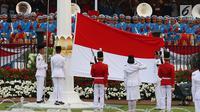 Pasukan Pengibar Bendera Pusaka (Paskibraka) bersama Pasukan Pengamanan Presiden (Paspampres) menurunkan Bendera Merah Putih pada Upacara Penurunan Bendera HUT ke-72 Kemerdekaan RI di Istana Merdeka, Jakarta, Kamis (17/8). (Liputan6.com/Pool)