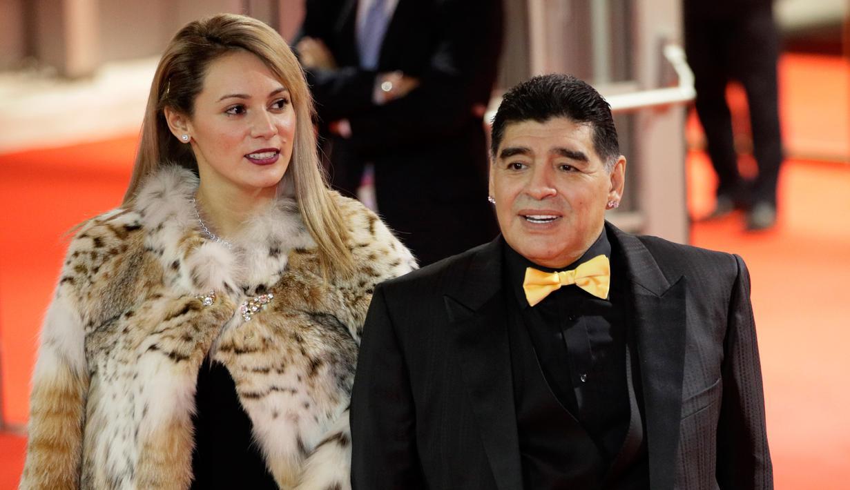 PHOTO Legenda Argentina Diego Maradona Pamerkan Kekasih Di
