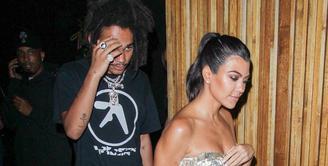 Kourtney Kardashian sepertinya tak ingin lama sendiri. Ia terlihat akrab dengan Luka Sabbat. (BackGrid - HollywoodLife)