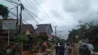 Banjir di Ciledug Indah Sudah Mulai Surut. Warga pun Bergotong-royong Membersihkan Lumpur Sisa Banjir. (Foto: Merdeka.com)