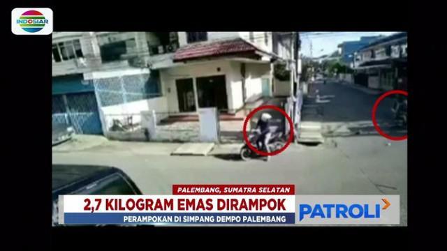 Emas seberat 2,7 kilogram dirampas perampok saat pasutri pemilik toko emas di Palembang, Sumatera Selatan, naik becak motor menuju toko.