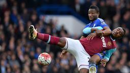 Pemain Chelsea, John Obi Mikel (kiri), berebut bola dengan pemain West Ham United, Emmanuel Emenike, dalam lanjutan Liga Inggris di Stadion Stamford Bridge, London, Sabtu (19/3/2016). (AFP/Glyn Kirk)