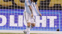 Lionel Messi berjalan menutup wajahnya usai gagal mengeksekusi tendangan penalti pada Final Copa America 2016 di MetLife Stadium, AS, Senin (27/6). Argentina Tumbang lewat Adu penalti atas Chile 4-2. (Adam Hunger-USA TODAY Sports)