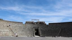 Orang-orang mengunjungi Taman Arkeologi Ostia Antica di Roma, Italia, 19 Agustus 2020. Ostia Antica merupakan situs arkeologi besar dari abad ke-4 SM yang berada dekat kota modern Ostia. (Xinhua/Cheng Tingting)