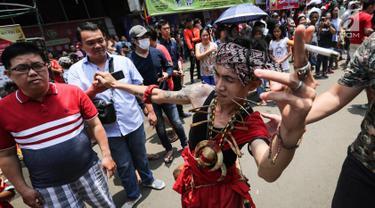 Tatung pria melakukan atraksi dalam Festival Cap Go Meh 2570 di Seasons City, Jakarta,  Minggu (24/3). Sekitar 100 tatung pria dan wanita hadir menampilkan atraksi ekstrem menggunakan benda tajam. (Liputan6.com/Fery Pradolo)