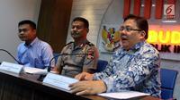 Anggota Ombudsman Adrianus Meliala (kanan) bersama Irwasum Polri Bambang Suhariono (tengah) saat memaparkan hasil kajian terkait perizinan senjata api di Ombudsman RI, Jakarta, Selasa (22/1). (Liputan6.com/JohanTallo)