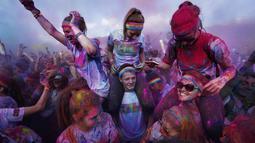 Terinspirasi oleh Holi festival Hindu, sejumlah peserta mengambil bagian dalam lomba lari bertajuk Sydney Color Run yang bersuasana karnaval, (24/8/2014). (REUTERS/Jason Reed)