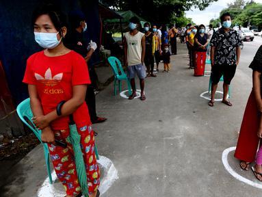 Warga yang mengenakan masker mengantre saat menunggu giliran untuk mendapatkan pengecekan medis dalam kampanye pemeriksaan kesehatan dan pelacakan kontak di Yangon, Myanmar, pada 8 September 2020. Myanmar melaporkan 92 kasus baru COVID-19 pada Selasa (8/9) pagi waktu setempat. (Xinhua/U Aung)