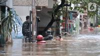 Petugas gabungan mengevakuasi warga saat banjir merendam permukiman Cipinang Melayu, Jakarta, Rabu (1/1/2020). Ratusan rumah warga di Kelurahan Cipinang Melayu terendam banjir hingga ketinggian leher orang dewasa sejak dini hari tadi dan telah menewaskan dua warga. (merdeka.com/Iqbal S Nugroho)