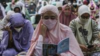 Jemaah mengenakan masker saat salat Idul Adha 1441 H di Masjid Al-Azhar, Jakarta, Jumat (31/7/2020). Pelaksanaan salat Id dilakukan secara berjemaah di masjid atau lapangan dengan menerapkan protokol kesehatan, seperti mengenakan masker dan menjaga jarak. (Liputan6.com/Johan Tallo)