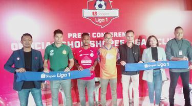 Reski Yanuar, Indonesia's Country Brand Manager (baju orange) saat peluncuran Official Shop Shopee Liga 1 Clubs. (Liputan6.com/Cakrayuri)