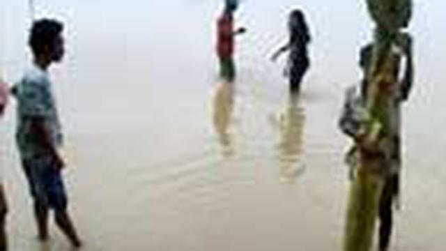 Banjir merendam lima kecamatan di Kabupaten Bone, Sulawesi Selatan. Banjir juga membuat ratusan rumah warga tergenang air.