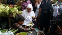 Calon Gubernur Khofifah Indaraparawansa sarapan bubur saat blusukan (Liputan6.com/Dian Kurniawan)