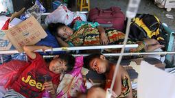 Dua pasien anak korban gempa bumi dan tsunami Palu dirawat di halaman Rumah Sakit Undata, Palu, Sulawesi Tengah, Kamis (4/10). Mereka dirawat menggunakan tenda bantuan dengan fasilitas seadanya. (Liputan6.com/Fery Pradolo)