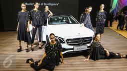 Model berpose di depan mobil Mercedez Benz All New E Class  saat peluncuran tujuh mobil terbaru Mercedes Benz di Gaikindo Indonesia International Auto Show (GIIAS), ICE BSD, Tangsel, Kamis (11/8). (Liputan6.com/Fery Pradolo)