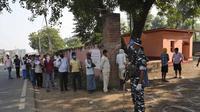 Warga di Paliganj, negara bagian Bihar, India timur, mengantre untuk menggunakan hak pilih mereka dalam pemilu daerah pada Rabu (28/10/2020). (AP Photo/Aftab Alam Siddiqui)