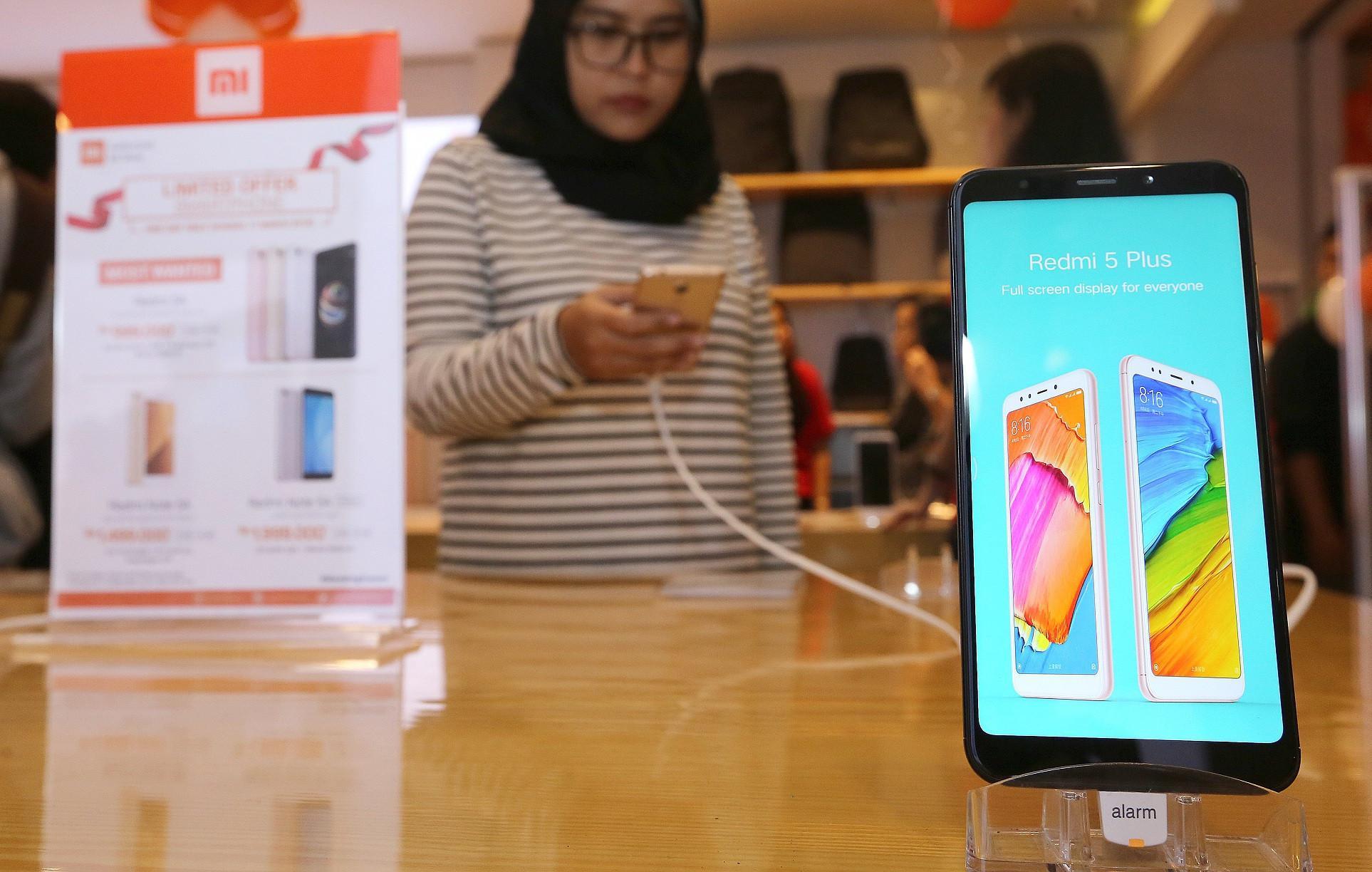 Pelanggan Mi Store MKG menjajal produk yang dijual di toko resmi terbaru Xiaomi tersebut (Foto: Dok Xiaomi Indonesia)