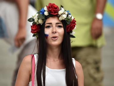 Suporter cantik Rusia ini hadir saat pertandingan antara Inggris melawan Rusia di grup B Piala Eropa 2016 di Stade Velodrome, Marseille, (11/6/2016). (AFP/Bertrand Langlois)