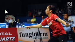 Pebulu tangkis Indonesia, Gregoria Mariska Tunjung mengembalikan kok ke arah Chen Yufei (China) pada putaran pertama Indonesia Open 2017 di Jakarta, Selasa (13/6). Gregoria unggul 17-21, 21-19, 21-19. (Liputan6.com/Helmi Fithriansyah)
