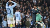 Penyerang Tottenham Hotspur, Son Heung-Min, melakukan selebrasi usai laga melawan Manchester City pada laga Liga Champions di Stadion Etihad, Rabu (17/4). Manchester City menang 4-3 atas Tottenham Hotspur. (AP/Jon Super)