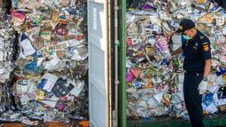 Petugas Bea Cukai Tanjung Perak memeriksa kontainer berisi sampah asal Australia di Pelabuhan Tanjung Perak, Surabaya, Jawa Timur, Selasa (9/7/2019). Bea Cukai Tanjung Perak menindak sampah kertas tersebut karena terkontaminasi limbah bahan berbahaya dan beracun (B3). (JUNI KRISWANTO/AFP)
