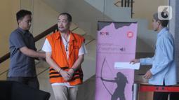 Direktur PT Mitra Bungo Abadi, Makmur alias Aan (tengah) usai menjalani pemeriksaan di Gedung KPK, Jakarta, Senin (23/12/2019). Makmur diperiksa sebagai tersangka terkait kasus dugaan korupsi proyek Jalan Batu Panjang-Pangkalan Nyirih di Kabupaten Bengkalis TA 2013-2015. (merdeka.com/Dwi Narwoko)