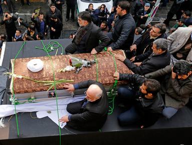 Peti mati yang membawa jenazah mantan Presiden Iran, Ali Akbar Hashemi Rafsanjani menuju tempat upacara pemakaman di Teheran, Iran (10/1). Mantan Presiden Iran tersebut meninggal dunia pada usia 82 tahun karena serangan jantung. (AFP/Atta Kenare)