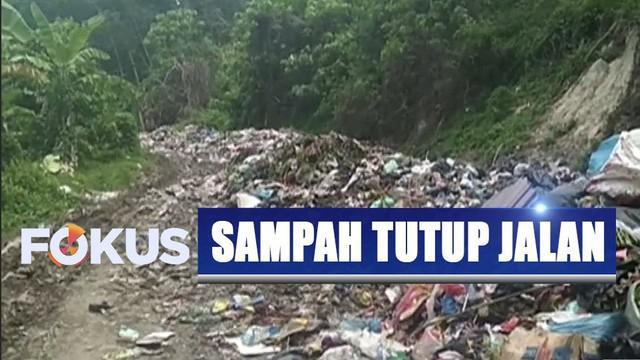 Gunungan sampah menutup jalan akses penghubung desa di Mandailing Natal, Sumatra Utara.