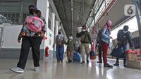 Penumpang kereta api Dharmawangsa Surabaya Pasarturi–Pasar Senen tiba di stasiun Senen, Jakarta, Minggu (3/01/2021). PT KAI Daop 1 memperkirakan sekitar 15.000 - 16.000 lebih penumpang KA Jarak Jauh turun di area Daop 1 Jakarta dari wilayah Jabar, Jateng dan Jatim. (Liputan6.com/Herman Zakharia)