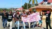 Rencana penutupan Pulau Komodo yang digagas Gubernur NTT Viktor Bungtilu Laiskodat menuai protes dari masyarakat Komodo. (Liputan6.com/ Ola Keda)