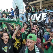 Ribuan suporter Persebaya Surabaya (Bonek) melakukan aksi di Stadion Tugu, Koja, Jakarta Utara, (2/8). Mereka meminta PSSI mengembalikan status Persebaya 1927 sebagai klub yang sah dan ikut perhelatan Liga Indonesia.(Liputan6.com/Yoppy Renato)