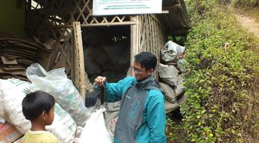 Salah satu tim lapangan kerjsama Pengmas UI, nampak tengah menimbang sampah plastik hasil pengumpulan warga  Sarimukti, Pasirwangi, Garut, Jawa Barat.