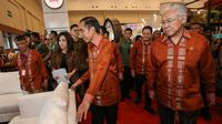 Presiden Jokowi, Mendag Enggartiasto Lukita, Head of Corcomm PT HM Sampoerna Inasanti Susanto, dan Head of Regulatory Affairs & Int Trade Sampoerna Jonathan Ng mengunjungi Paviliun Sampoerna Trade Expo Indonesia, Tangerang (24/10). (Liputan6.com/HO/Adri)