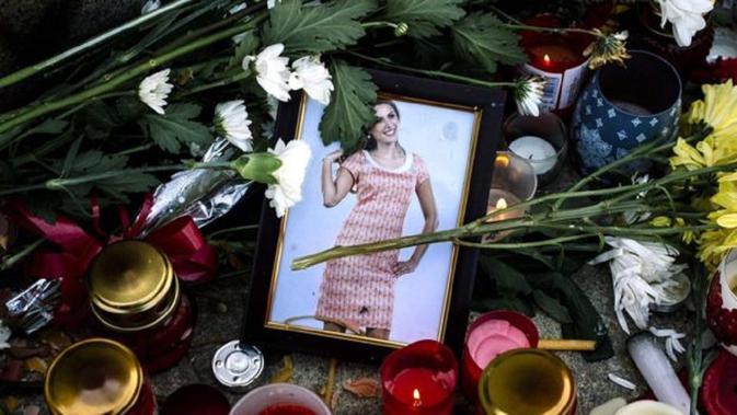 Bunga dan lilin untuk Viktoria Marinova di kota Rousse, Bugaria. (AFP)