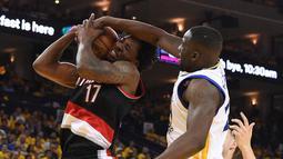 Golden State Warriors forward, Draymond Green (23, right)  melakukan menghadang gerakan pemain Portland Trail Blazers center,  Ed Davis (17) pada laga NBA Playoffs di Oracle Arena, Rabu (4/5/2016) WIB.  (Mandatory Credit: Kyle Terada-USA TODAY Sports)